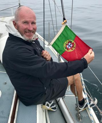 Paul raises the Portuguese flag
